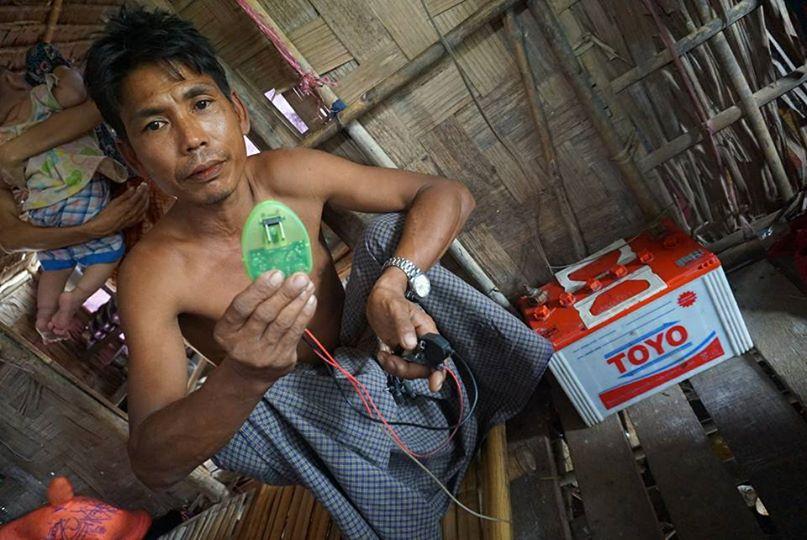 スラムの家庭とバッテリー