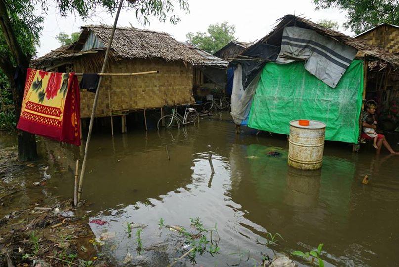 水たまりに囲まれるスラムの家庭