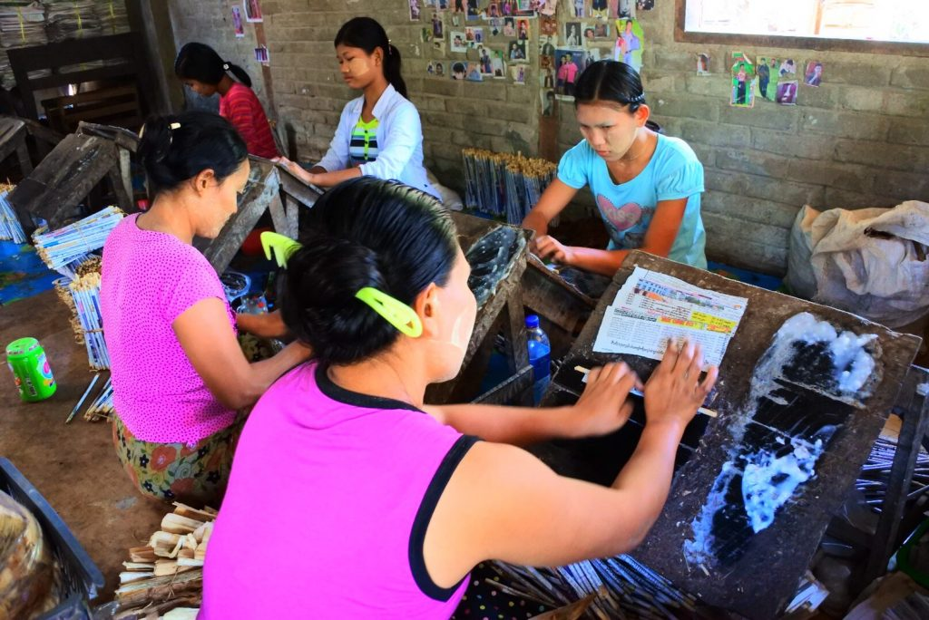 ミャンマーの葉巻工房で作業をする女性たち
