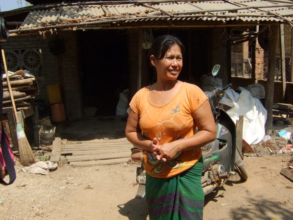 スラムで葉巻工房を経営する女性
