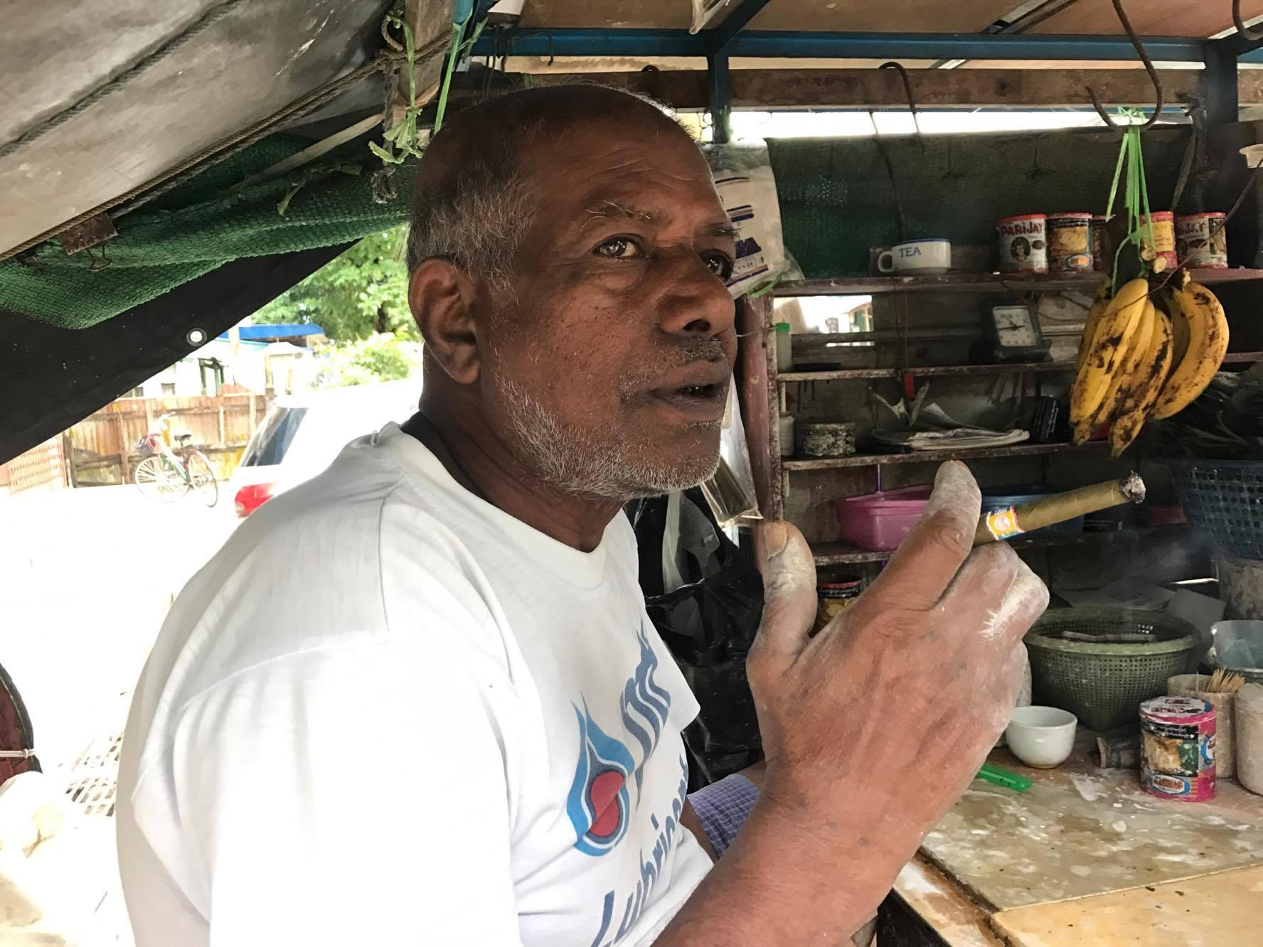ミャンマー葉巻を吸うおじさん