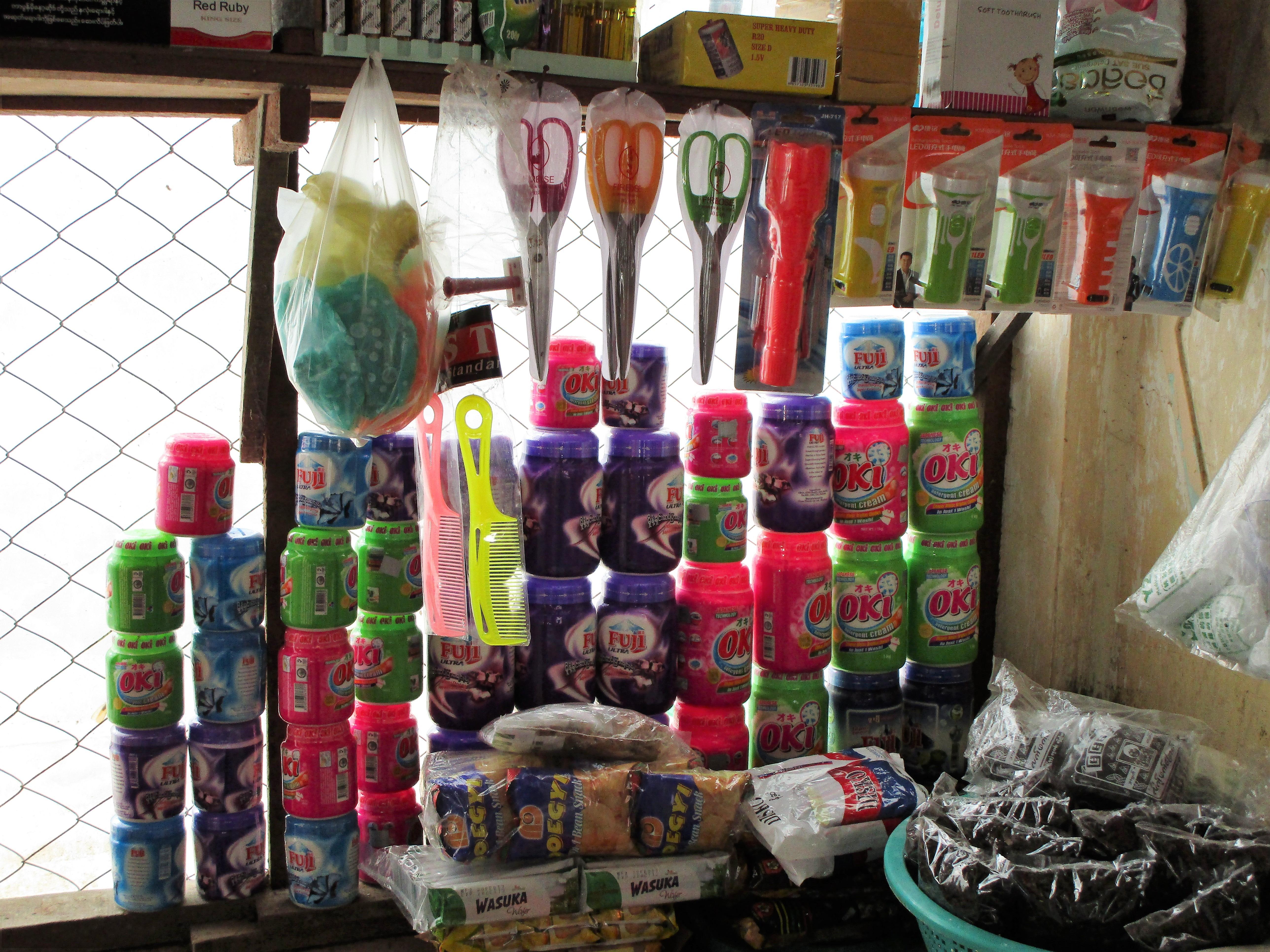 ミャンマーの雑貨屋の店内、商品
