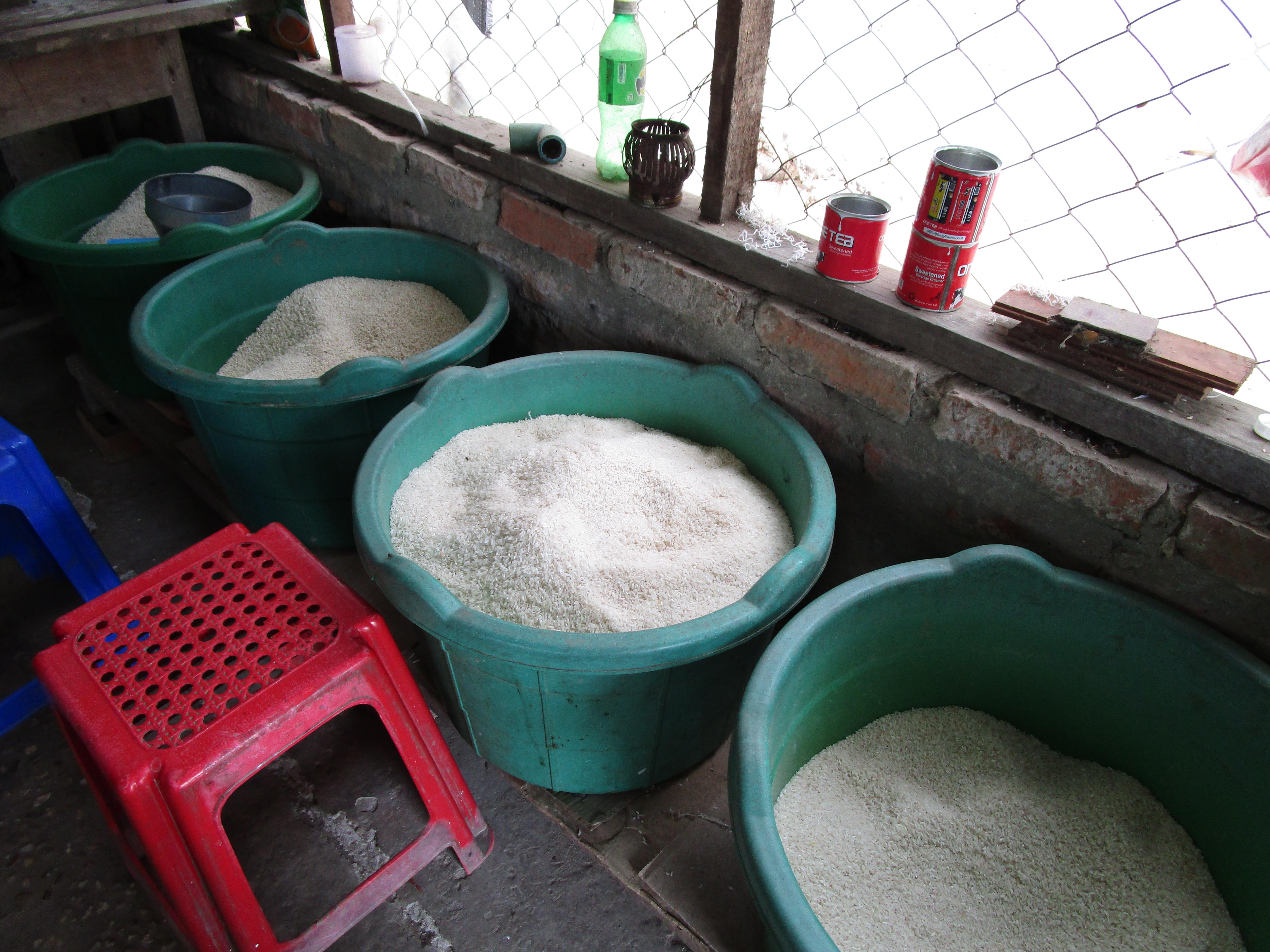 ミャンマーの雑貨屋、米