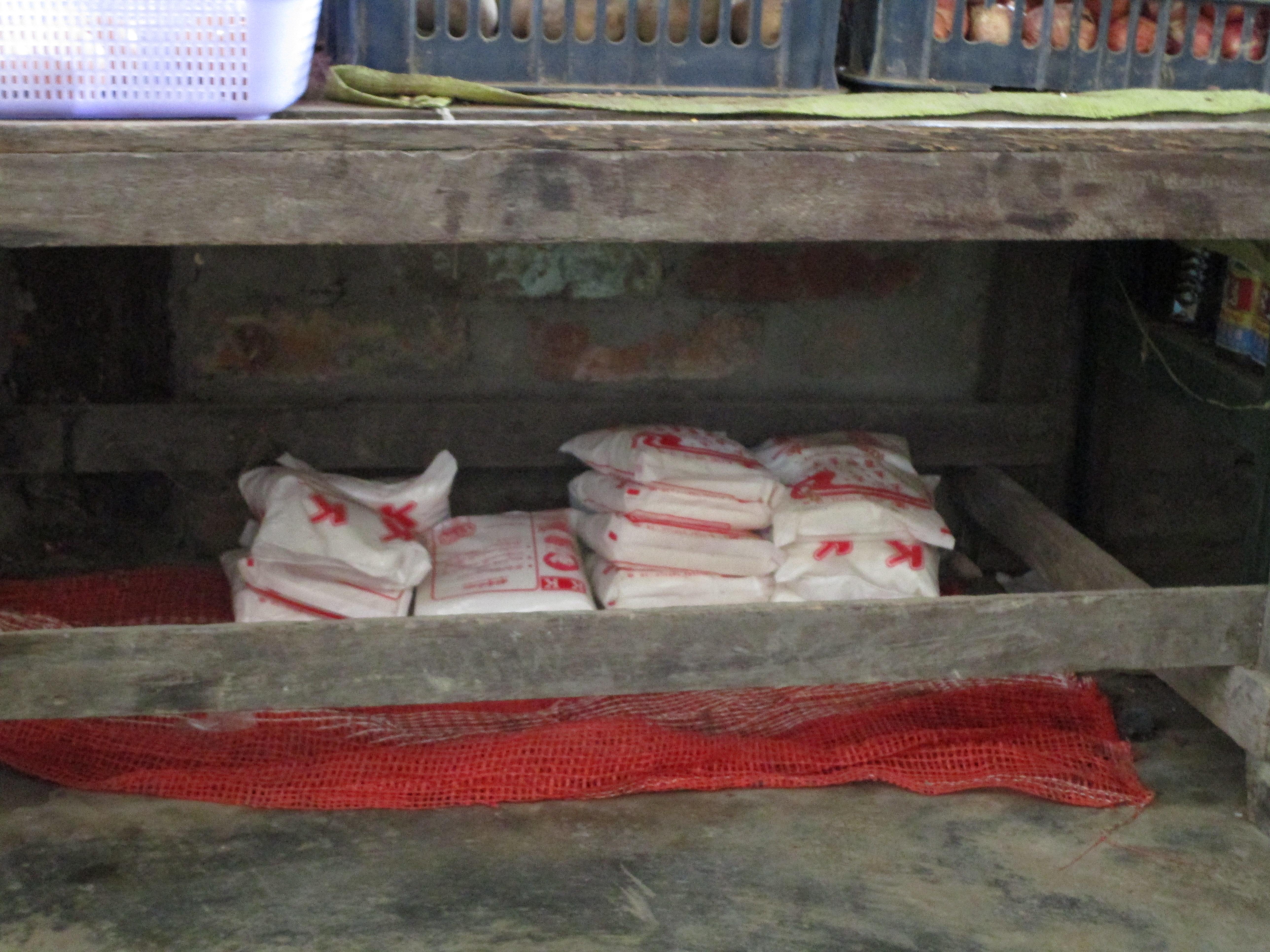 ミャンマーの雑貨屋で売っている塩