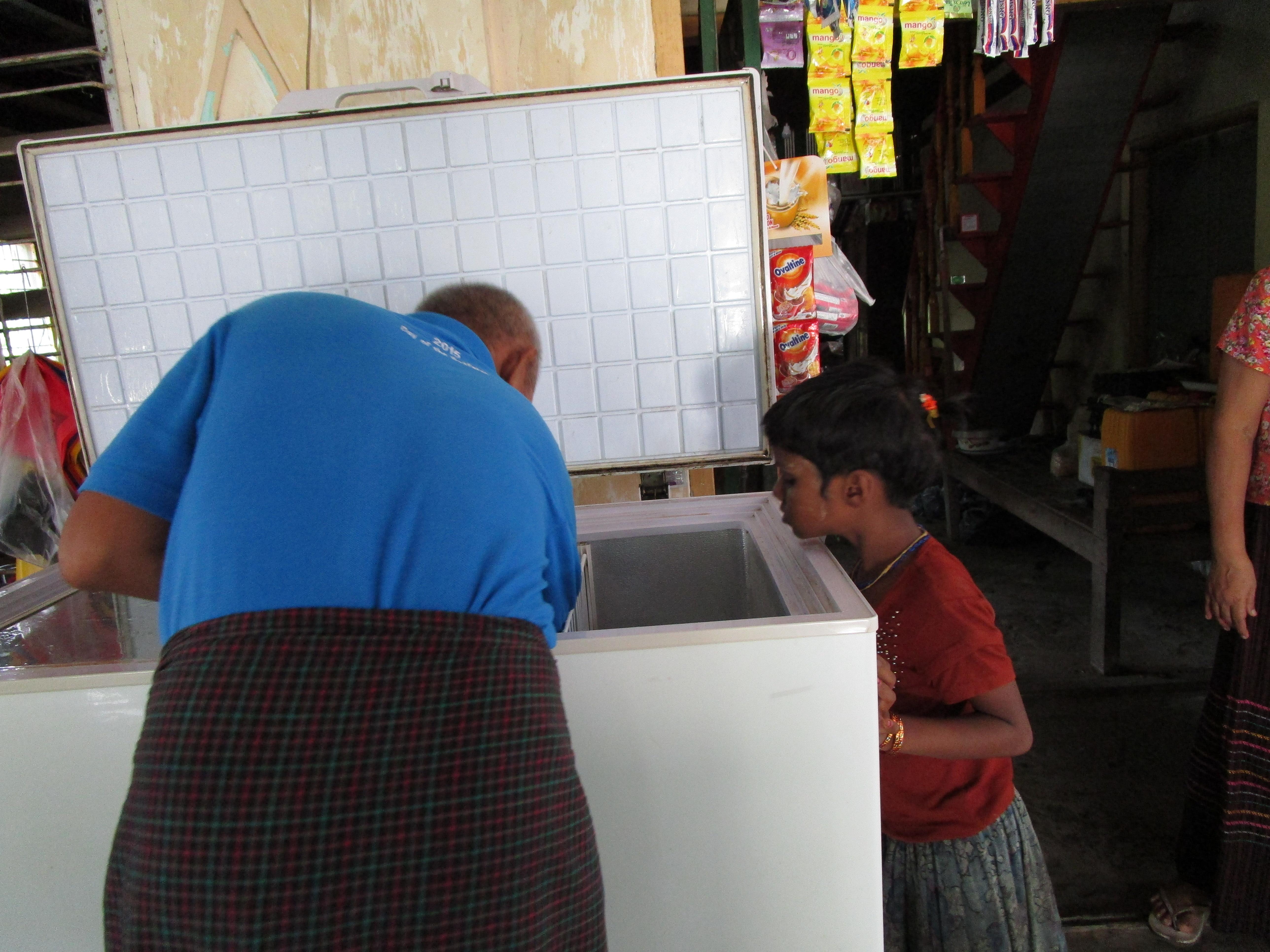 ミャンマーの雑貨屋でアイスを探す子ども