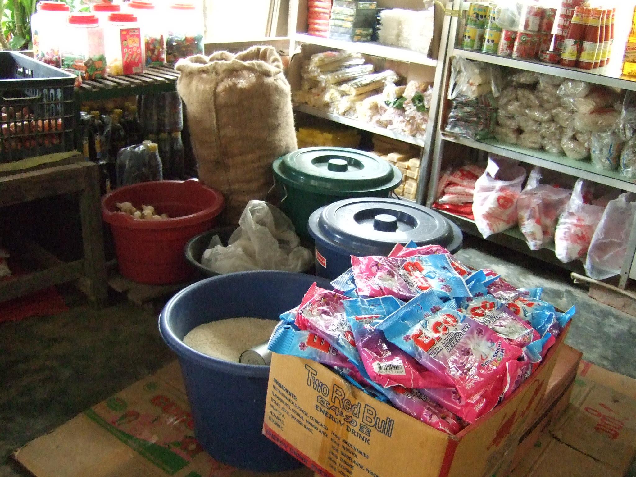 ミャンマーの雑貨屋、店内