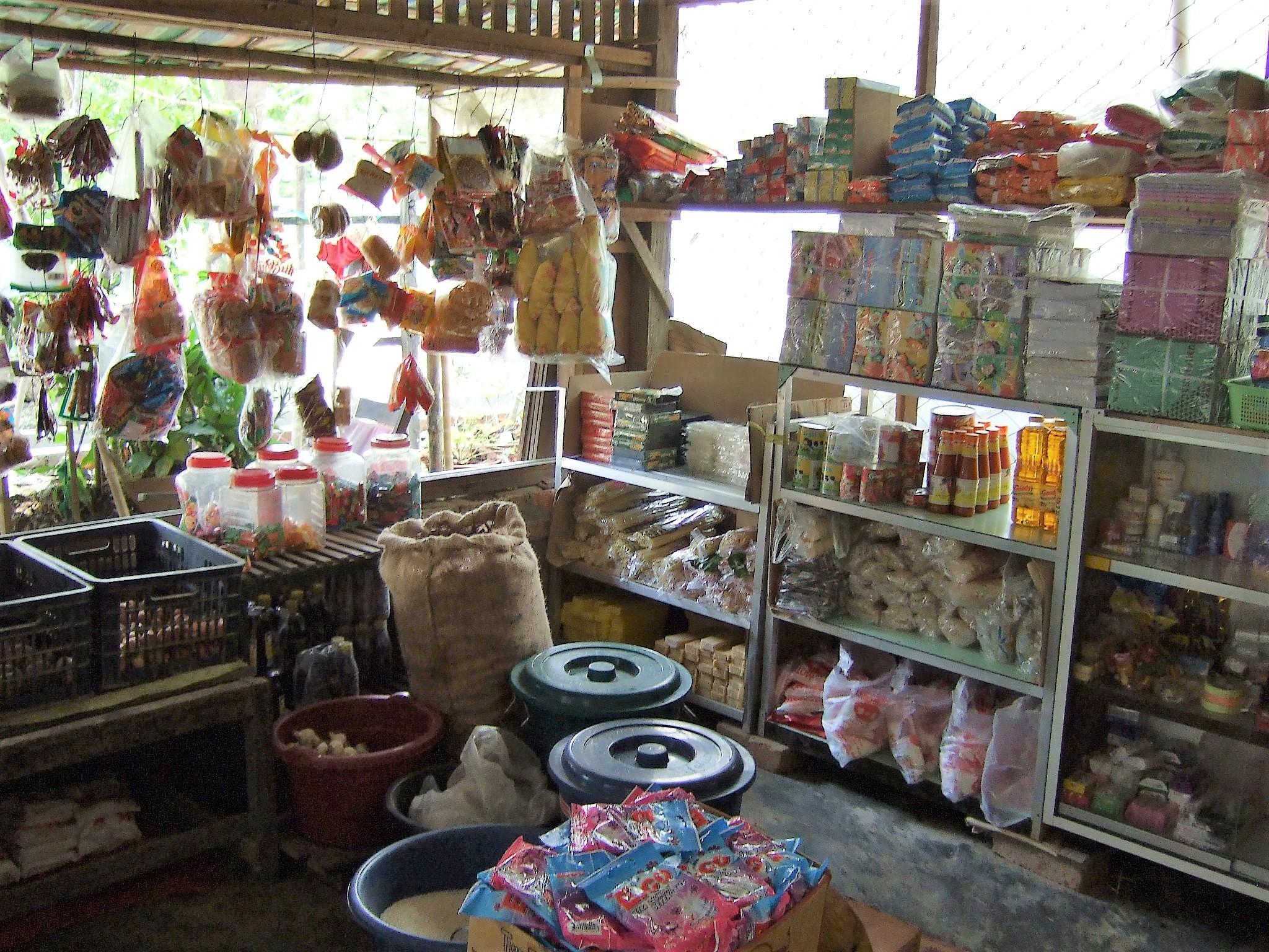ミャンマーの雑貨屋、店内の様子