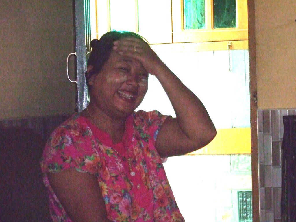 笑顔のミャンマー人女性