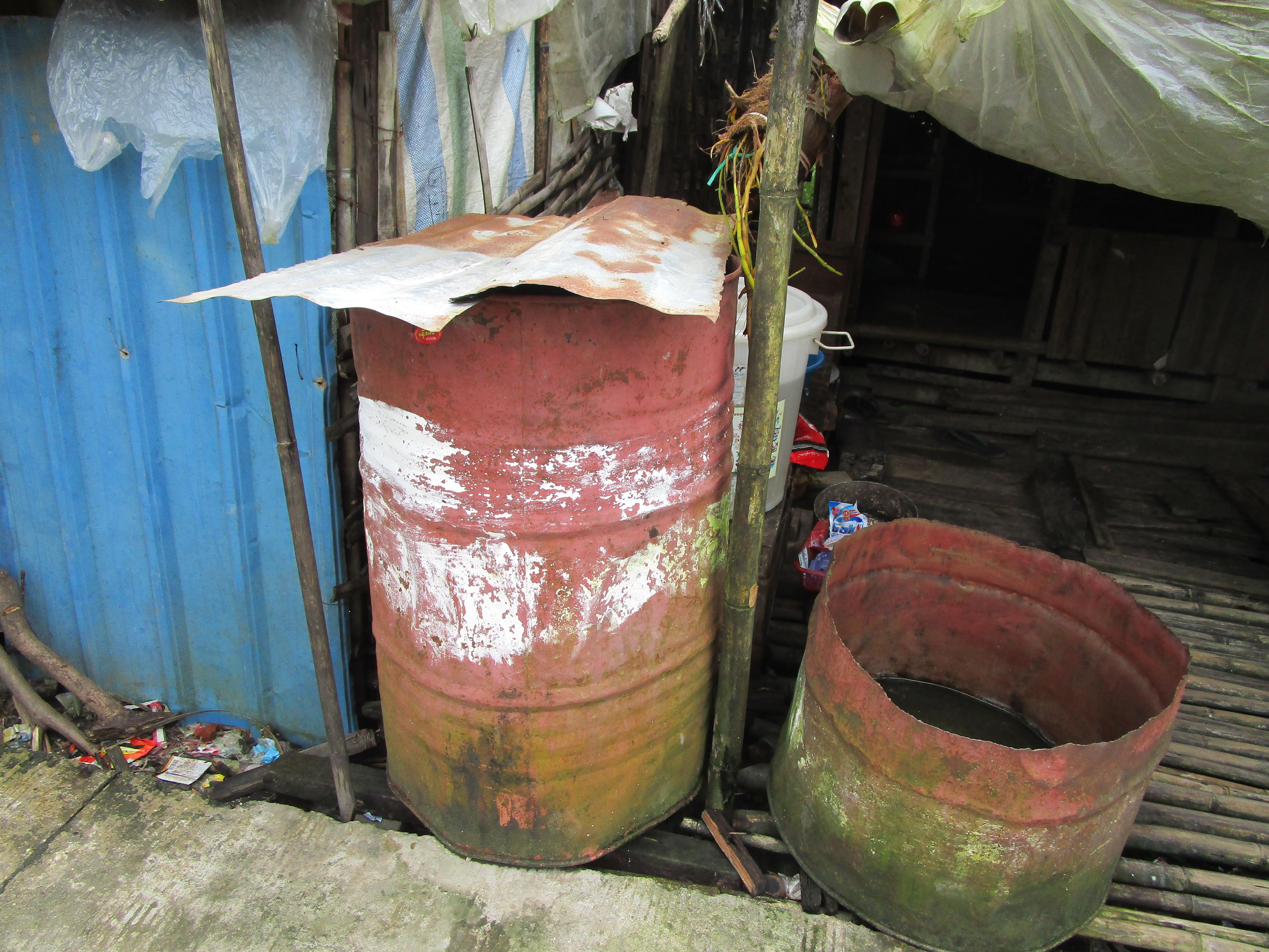 スラムにある、水の入ったドラム缶