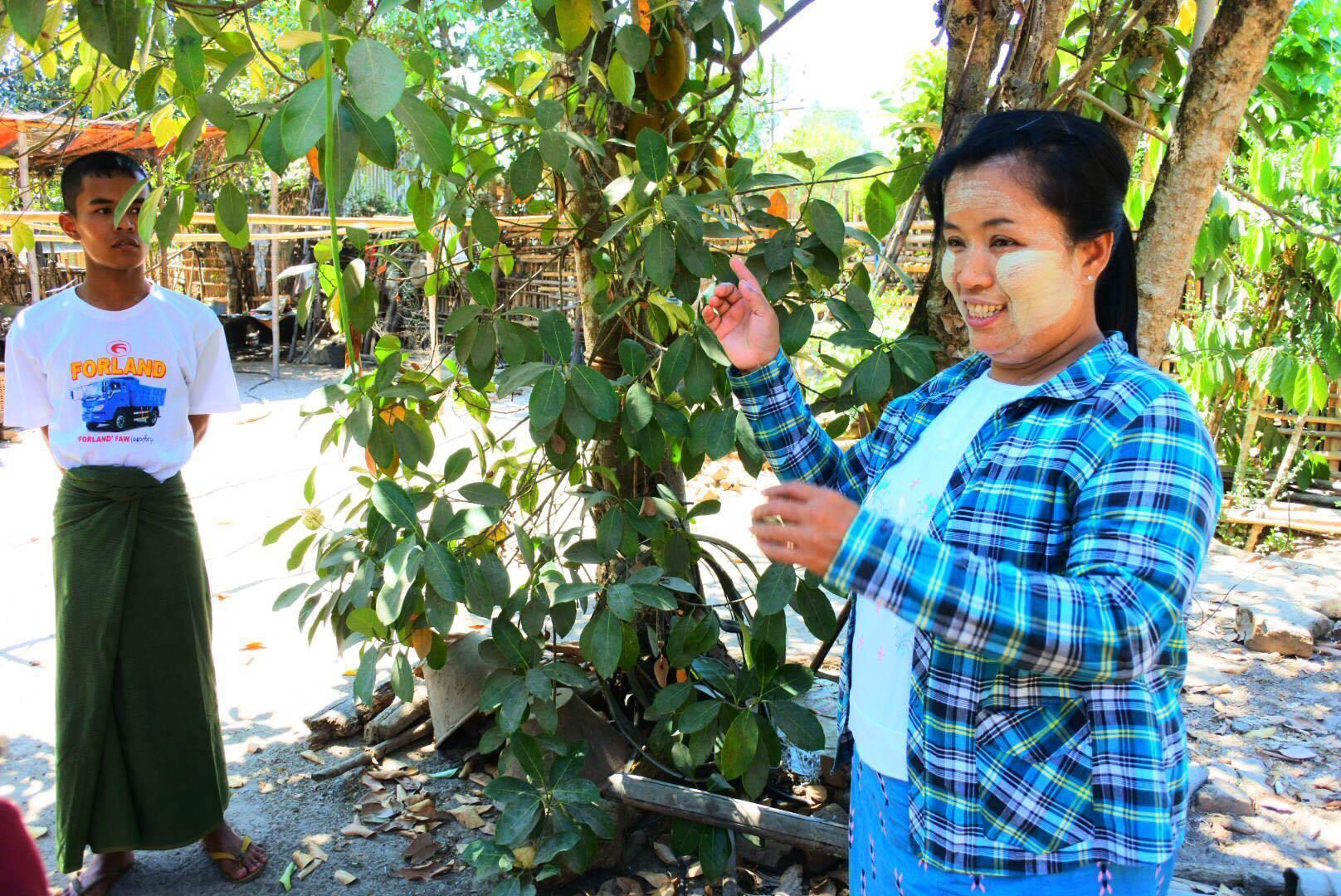 ミャンマー、村の女性