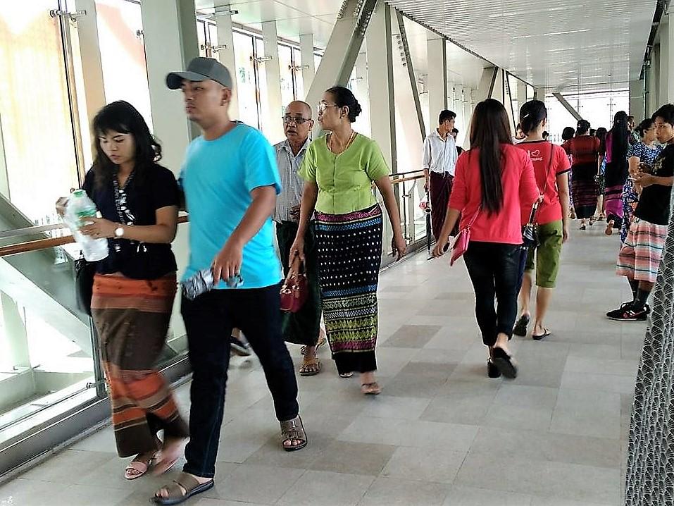 ヤンゴンでロンジーを着る人々