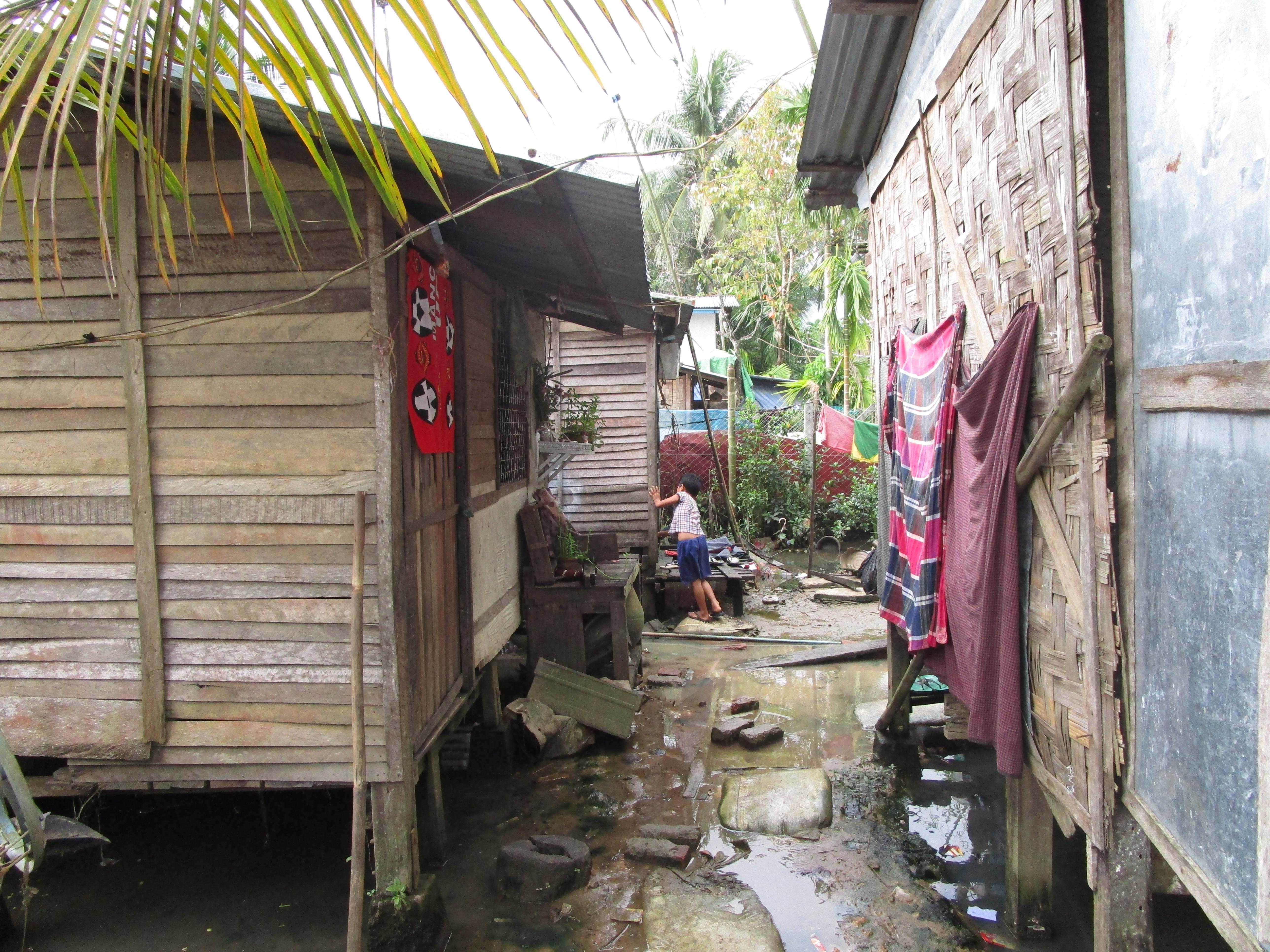 ミャンマー-貧困層-家