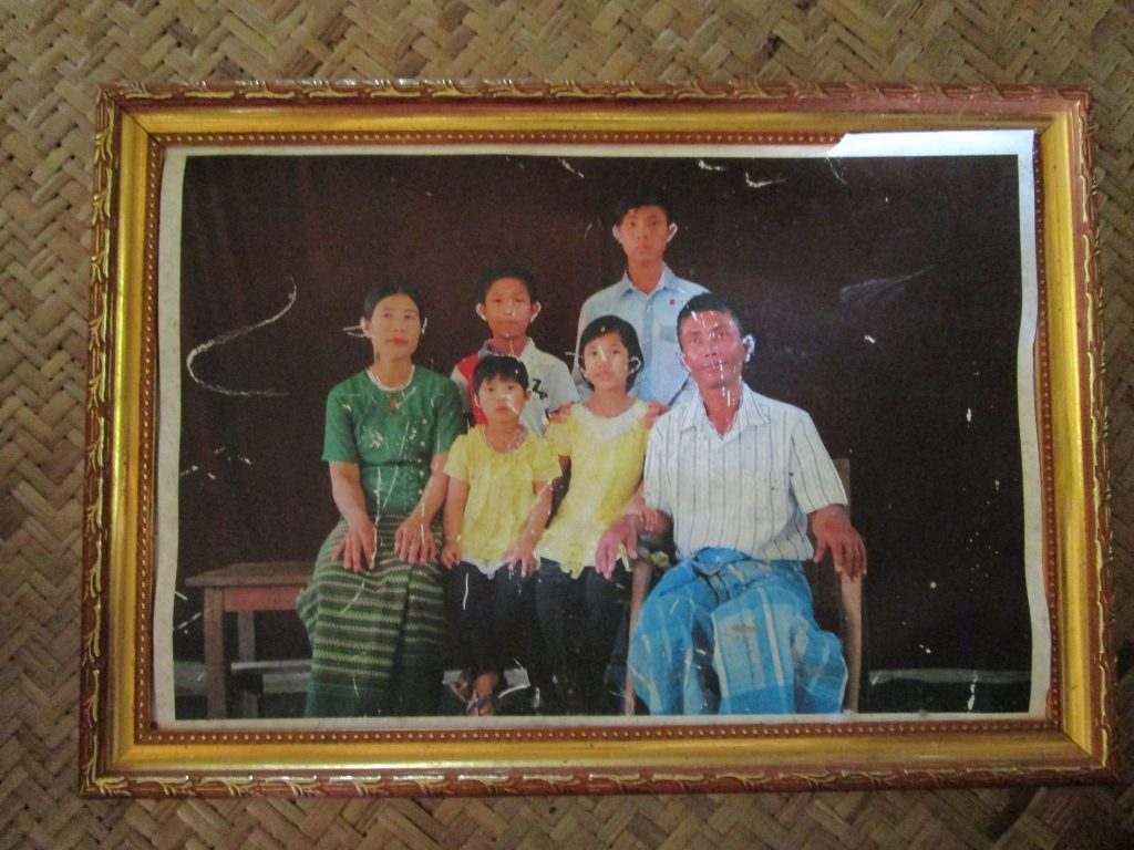 ミャンマー人家族の集合写真