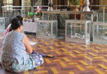 ミャンマーのパゴダで祈る人々