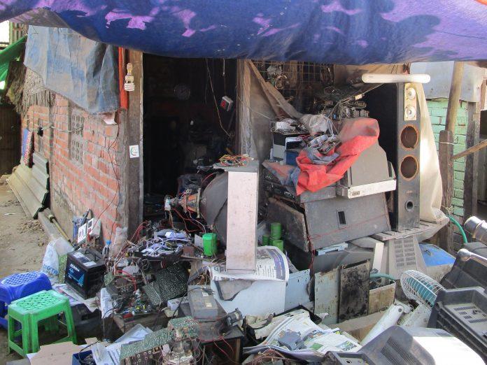 ミャンマーの家電修理店