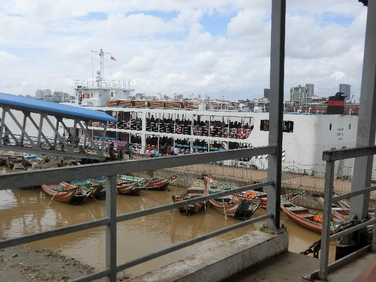 市街地とヤンゴン川の対岸を行き来するフェリー