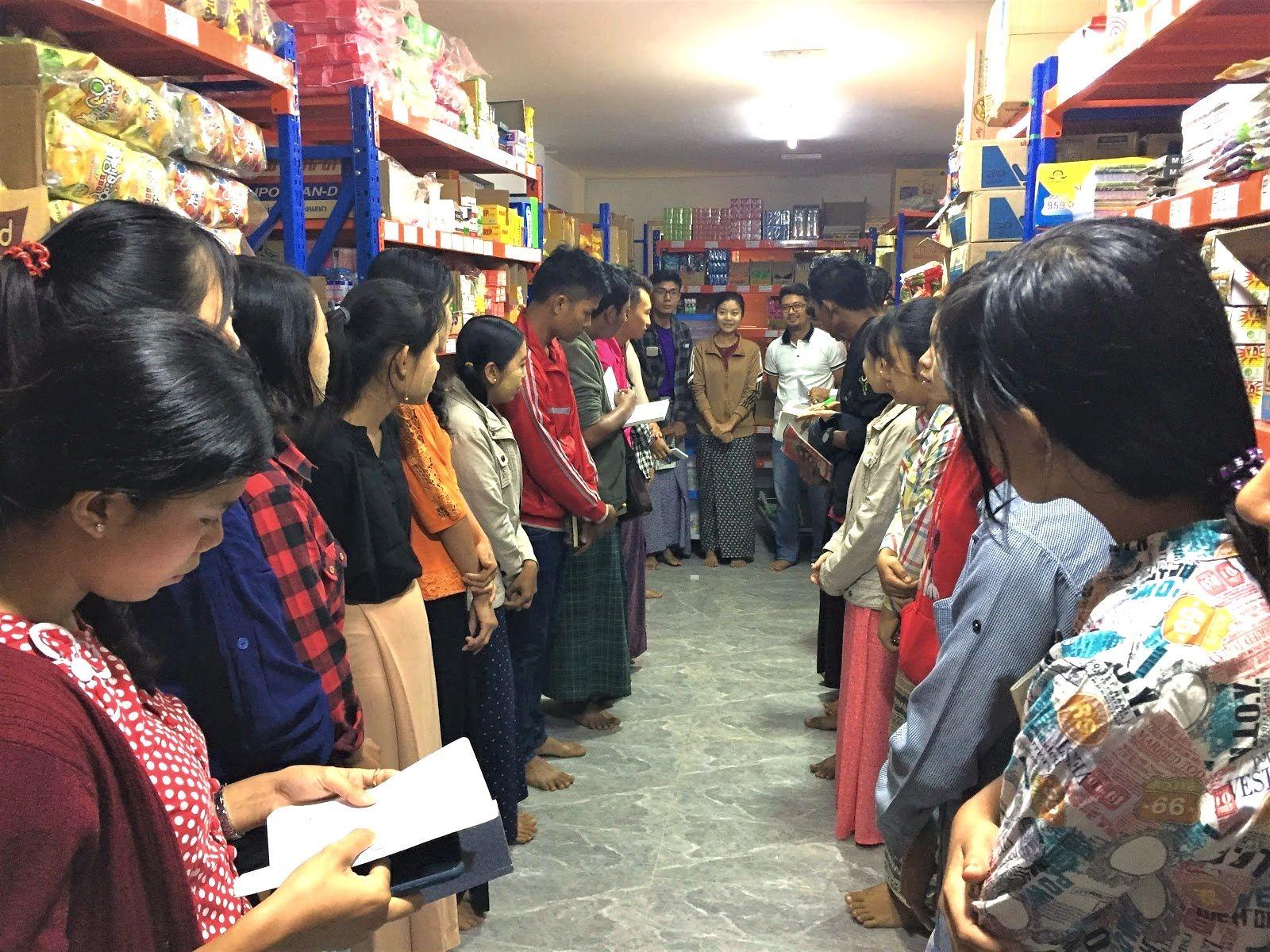 トゥトゥさん(中央)が勤め先の倉庫で朝礼をする様子